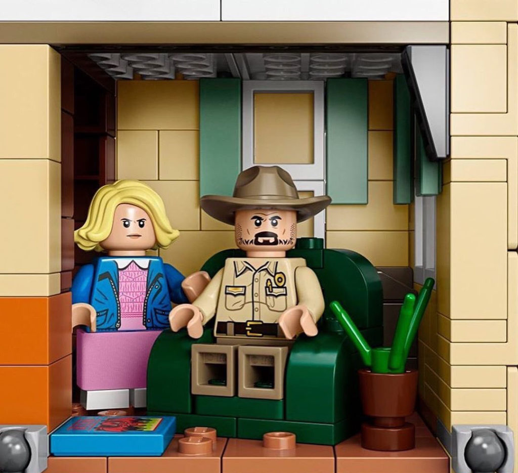 Image of Eleven and Hopper minifigures